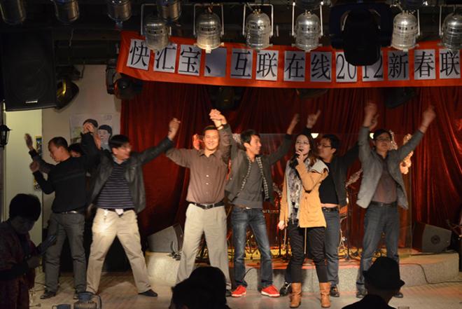 快乐单唱和同事们的伴舞