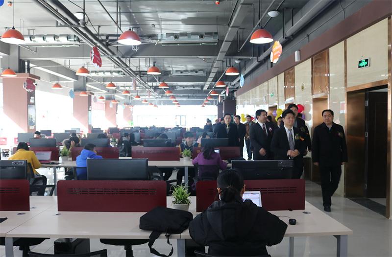 互联在线董事长周明与盐城政府领导一行参观盐城互联在线大厦办公室